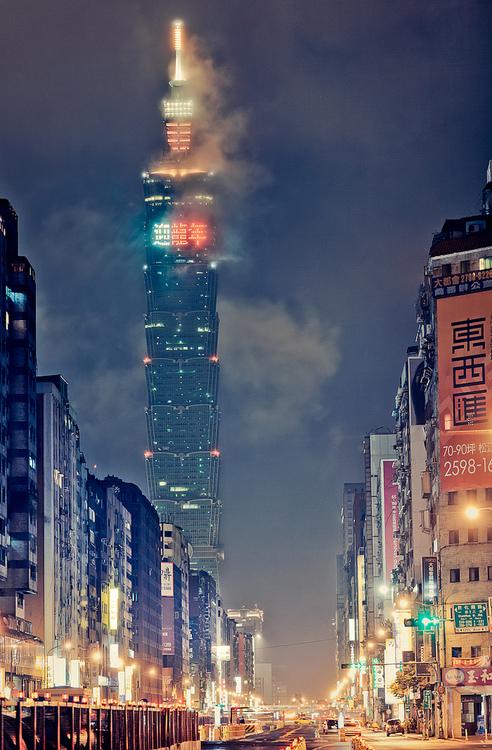 Тайбэй 101 небоскрёб. Местонахождение: Тайбэй, Тайвань.  Этажность небоскрёба составляет 101 этаж, высота — 509,2 м, вместе со шпилем.